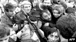 საომარ მოქმედებებში ქართული მხარიდან 10 ათასამდე მოქალაქე და ჯარისკაცი დაიღუპა. 300 ათასამდე ადამიანი კი დევნილად იქცა.