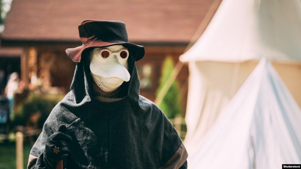 Падчас эпідэмій старадяўнія лекары насілі маскі з доўгімі насамі, на канцы якіх быў замацаваны тампон з воцатам для барацьбы з інфэкцыяй.