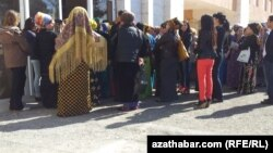 Государственные учреждения Туркменистана требуют от своих сотрудников избегать очередей.