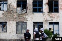 Наблюдатели ОБСЕ инспектируют место обстрела в деревне Зайцево, Донецкая область