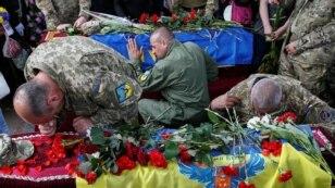 На майдані Незалежності в Києві прощалися з двома загиблими бійцями другої афганської штурмової роти батальйону «Айдар» – Миколою Кулібою («Дядею Колею» /«Батею Рівненським») і Сергієм Баулою («Вороном»)
