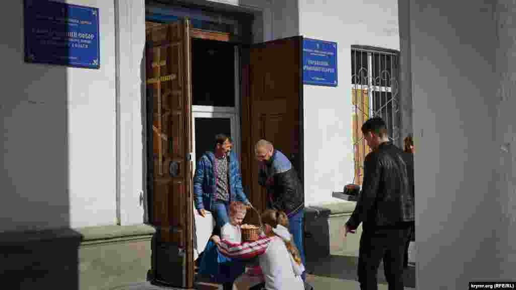 На входе всобор Святых равноапостольных князей Владимира и Ольги УПЦ КП