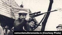 Lui Ceaușescu îi plăcea, ca tuturor boșilor comuniști, să vâneze. Era probabil nostalgic după vânătorile de țărani din timpul cooperativizării. Sursa: comunismulinromania.ro (MNIR)