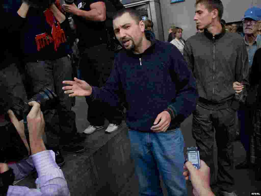 Эдуарда Лимонова задержали на подходе к площади, а этого молодого человека...