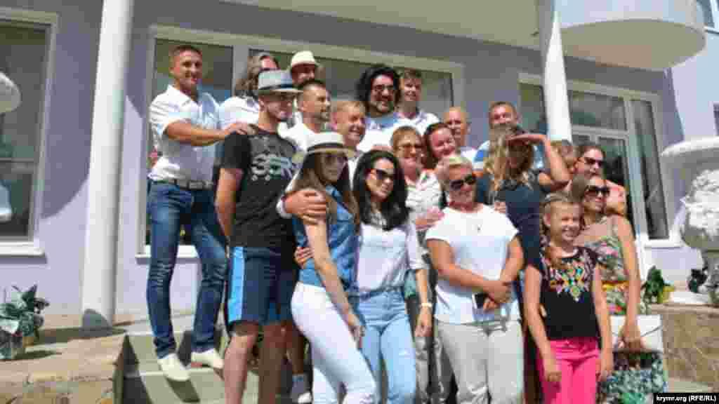 После обеда Киркоров согласился пофотографироваться с многочисленными поклонниками
