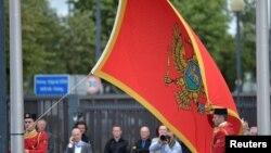 Ngritja e flamurit të Malit të Zi gjatë ceremonisë së anëtarësimit në NATO. Bruksel, 7 qershor, 2017