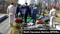 Возложение венков к мемориалу посвященному жертвам осетино-ингушского конфликта 1992 года