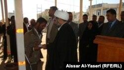 الشيخ فائد يقدم منحة المحافظة لأحد المعاقين