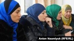 Айше Асанова (крайня зліва) на засіданні об'єднання «Кримська солідарність». Сімферополь, листопад 2017 року