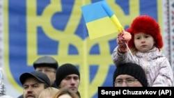 Дівчинка на плечах у батька під час мітингу в Києві
