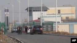 У одного из «центров политического перевоспитания» в китайском регионе Синьцзян. Архивное фото.