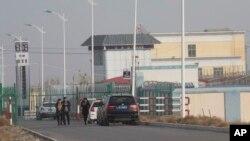 На въезде на территорию «лагеря перевоспитания» в Артуше, Синьцзян.