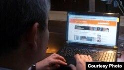 Уалихан Кайсаров за своим ноутбуком. Астана, 4 октября 2012 года.