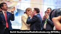 Владимир Зеленский с женой Еленой после объявления результатов экзит-полов. Киев, 21 апреля 2019 года