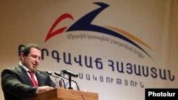 Գագիկ Ծառուկյանը ելույթ է ունենում «Բարգավաճ Հայաստան» կուսակցության համագումարում, արխիվ: