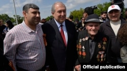 Armenia - President Armen Sarkissian poses for a photograph with a World War II veteran and his relatives at Yerevan's Victory Park, 9 May 2018.