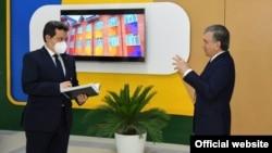 Ўзбекистон президенти Ш.Мирзиёев халқ таълими вазири Ш.Шерматов билан, Тошкент, 2020 йил 29 майи.