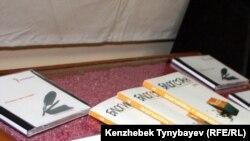 Азаттық шығарған «Абайдың қара сөздері» үнтабағы мен «Блогстан» жинағы. Алматы, 5 желтоқсан 2010 жыл.