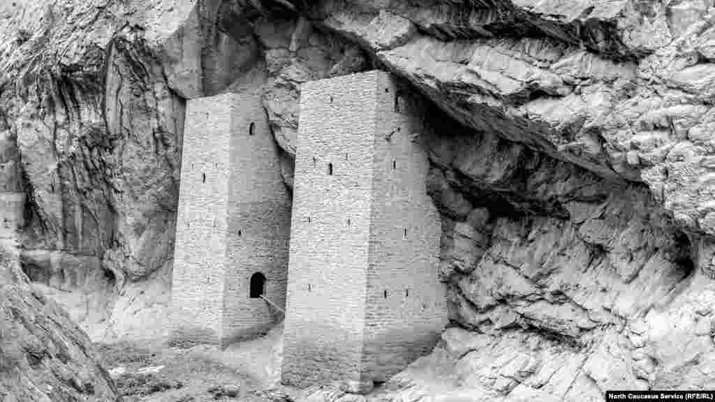 Среди боевых башен выделяются Ушкалойские, построенные прямо у реки и словно вросшие в скалу.