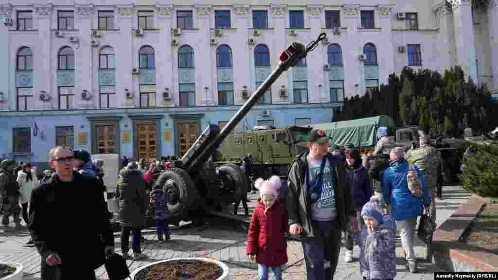 Діти та дорослі фотографувалися на тлі військової техніки