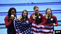Stafeta amerikane në not 4x100 metra në konkurrencën e femrave me medaljet e arta