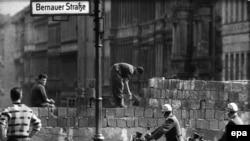 Строительство участка Берлинской стены на Бернауэр-штрассе