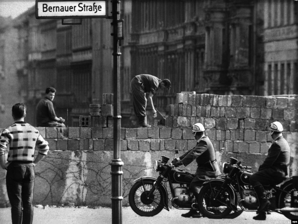 Будівництво ділянки Берлінського муру на Бернауер-штрассе, серпень 1961 року. Кордон між НДР і Західним Берліном був закритий 13 серпня