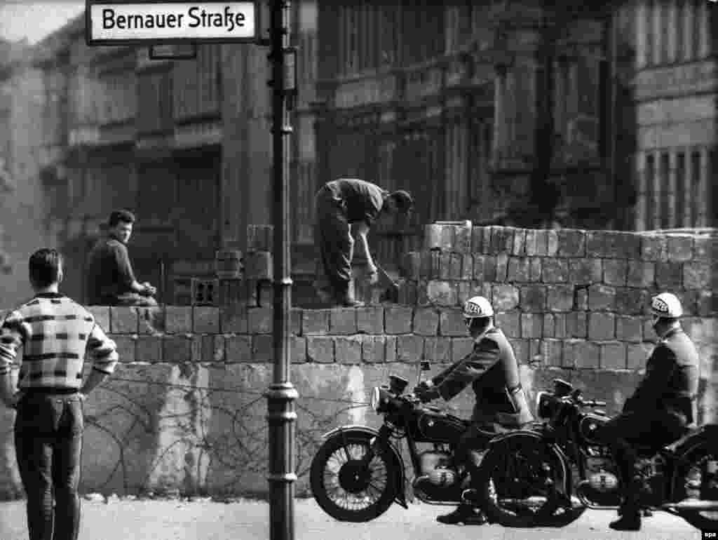 Workers added to the barrier at Bernauer Strasse in Berlin in August 1961 after the border was sealed on the 13th.