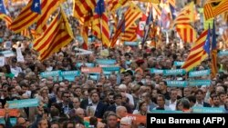Голова уряду Каталонії Карлес Пучдемон (в центрі) під час демонстрації в Барселоні, 21 жовтня 2017 року