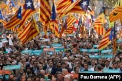 Шествие сторонников независимости Каталонии в октябре 2017 года