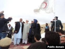 Афганские руководители улыбаются в трех шагах от обезумевших от горя людей