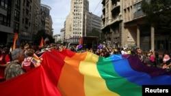 """""""LGBT"""" paradyna gatnaşýan adamlar."""