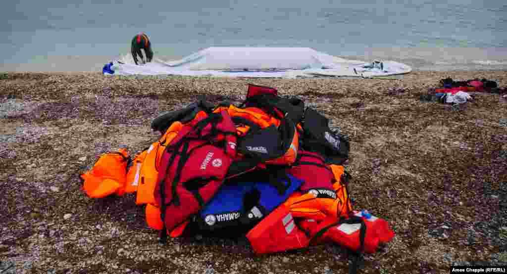 Anijet e gomës shkatërrohen posa arrijnë në ishull. Jelekët e gomës gjithashtu mund të gjenden gjithkund nëpër plazha.