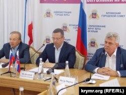 Глава делегации бизнесменов, независимый депутат Национального Совета Словакии Петер Марчек (крайний справа). Ялта, 2 августа 2018 года