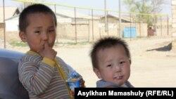 Дети одного из подсудимых по делу о беспорядках на станции Шетпе, Мангыстауской области. 22 апреля 2012 года.
