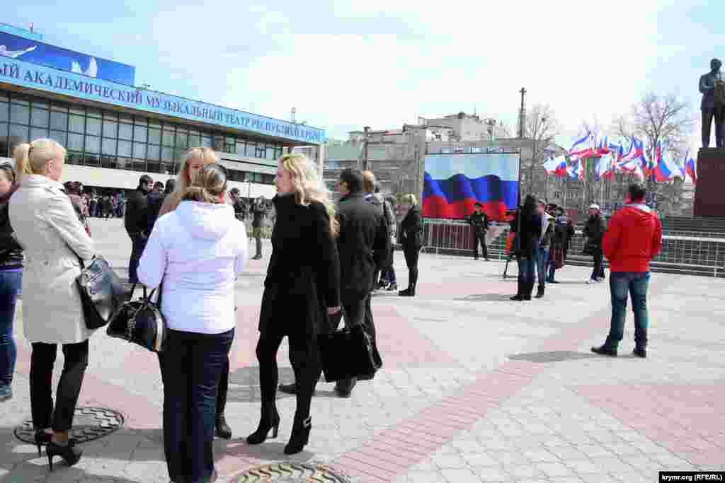 У Сімферополі екран з трансляцією поставили на центральній площі міста