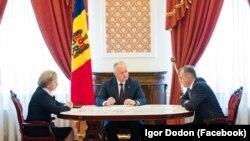 Igor Dodon întâlnindu-i pe prim-ministrul Ion Chicu și pe președinta Parlamentului, Zinaida Greceanîi, 11 mai 2020