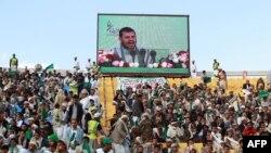 این نخستین سخنرانی تلویزیونی عبدالمالک حوثی پس از حملات عربستان است (در تصویر: رهبر حوثیها در یک سخنرانی که به طور عمومی در یک استادیوم پخش شده است)