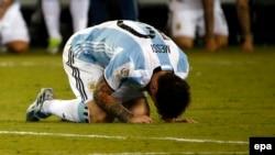 Аргентинец Лионель Месси после незабитого пенальти в финале Copa America
