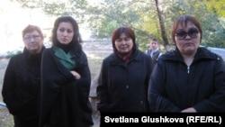 Родственницы заключенных, которые утверждают, что их близкие подверглись пыткам. Астана, 3 октября 2011 года.
