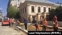 Трудовые мигранты на работах по благоустройству Москвы
