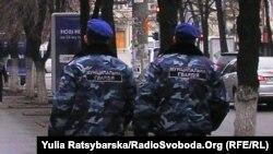 Співробітники Муніципальної гвардії охороняють будівлю міськради