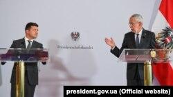 Ukrayna və Avstriya prezidentləri Volodimir Zelenski (solda) və Alexander Van der Bellen Vyanada keçirilən birgə mətbuat konfransında