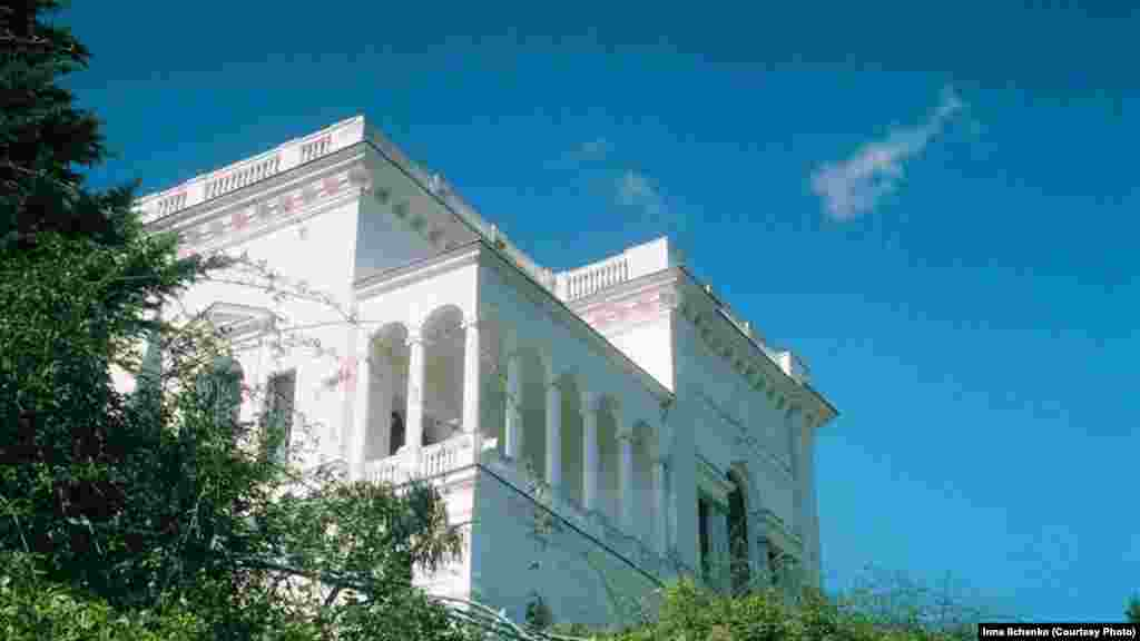 А це вже Лівадійський палац – пам'ятка культурної спадщини України. Раніше він служив літньою резиденцією кількох російських імператорів. Тут також проводили Ялтинську конференцію, на якій союзники розподіляли сфери впливу в післявоєнному світі