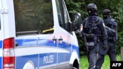 Pamje e pjesëtarëve të policisë speciale gjermane në qytetin Hemnic gjatë kërkimit të personit të dyshuar