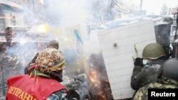 Столкновения протестующих с милицией в центре Киева. 22 января 2014 года.