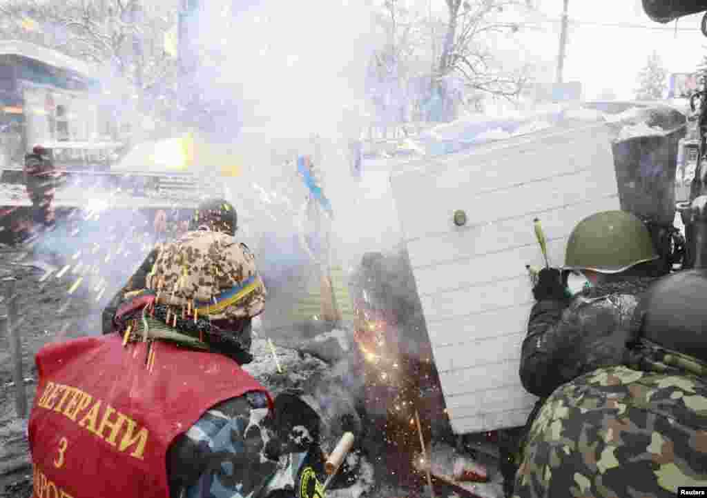 Ранее штаб самообороны Майдана cообщил о смерти 22-летнего активиста. Юноша упал с 13-метровой колоннады стадиона «Динамо»