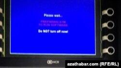 Информация на дисплее банкомата при обработке данных по платежной карте Туркменского банка