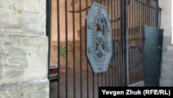 Так ворота дома №11 по улице Одесской выглядели в июле 2019 года