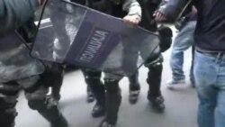 Пробивање на демонстрантите кон влада